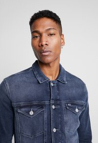 Tommy Jeans - REGULAR TRUCKER JACKET - Kurtka jeansowa - dark-blue denim - 3