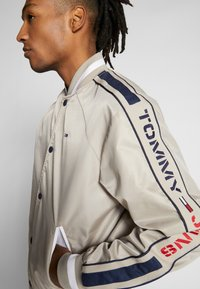 Tommy Jeans - REVERSIBLE JACKET - Bomberjacks - beige/red - 6