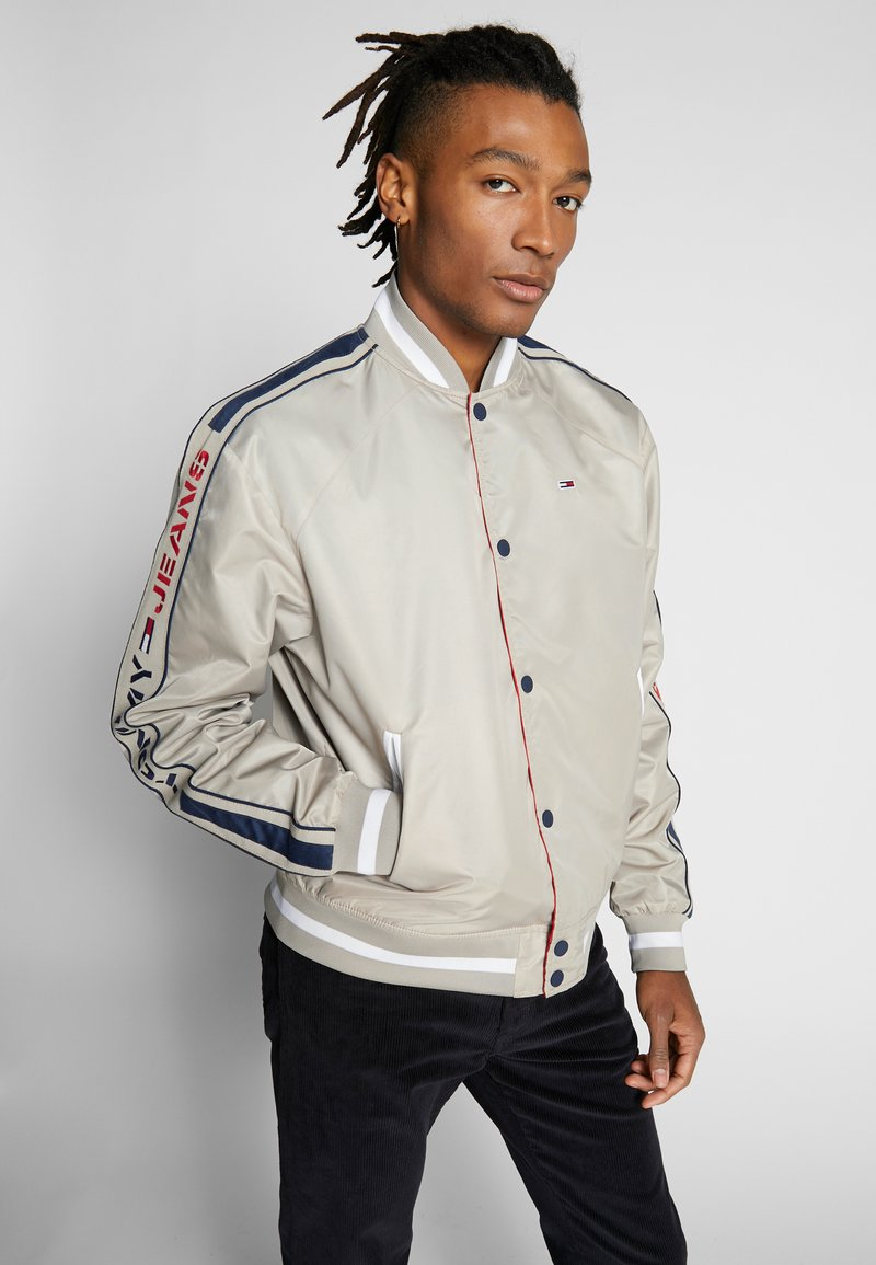 Tommy Jeans - REVERSIBLE JACKET - Bomberjacks - beige/red