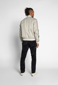 Tommy Jeans - REVERSIBLE JACKET - Bomberjacks - beige/red - 2