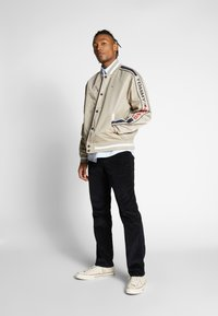 Tommy Jeans - REVERSIBLE JACKET - Bomberjacks - beige/red - 1
