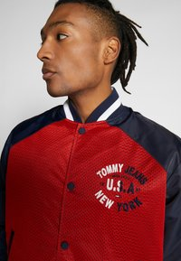 Tommy Jeans - REVERSIBLE JACKET - Bomberjacks - beige/red - 4
