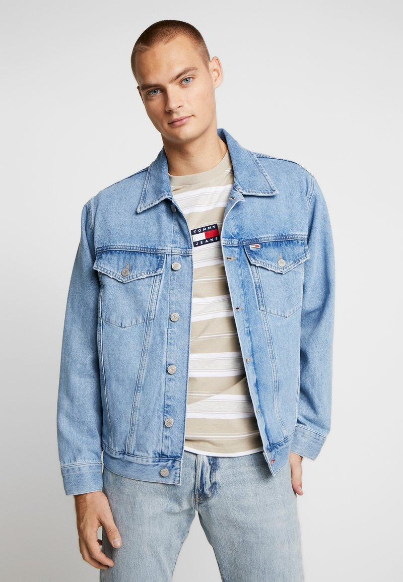 Tommy Jeans - OVERSIZE TRUCKER JACKET - Denim jacket - flag