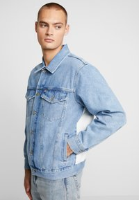 Tommy Jeans - OVERSIZE TRUCKER JACKET - Denim jacket - flag - 4