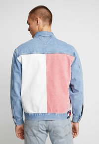 Tommy Jeans - OVERSIZE TRUCKER JACKET - Denim jacket - flag - 2