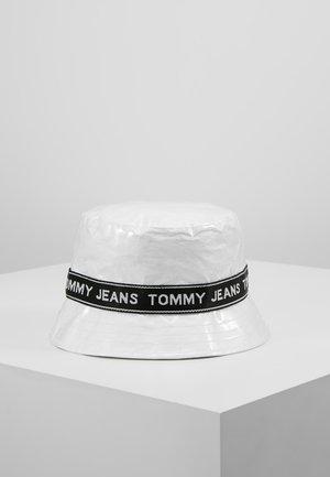 LOGO TAPE BUCKET HAT - Sombrero - white
