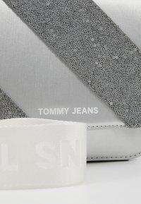 Tommy Jeans - HYPE GIRL FLAP CROSSBODY - Skuldertasker - silver - 7