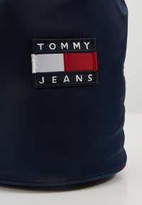 Tommy Jeans - HERITAGE SMALL SLING BAG - Handtas - blue - 6