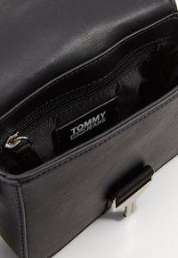 Tommy Jeans - FEMME CROSSOVER - Taška spříčným popruhem - black - 3