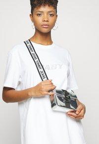 Tommy Jeans - FEMME ITEM CROSSOVER - Taška spříčným popruhem - silver-coloured - 1