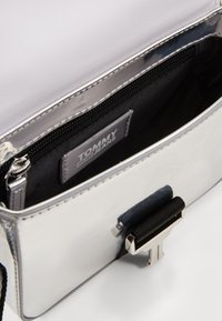 Tommy Jeans - FEMME ITEM CROSSOVER - Taška spříčným popruhem - silver-coloured - 3