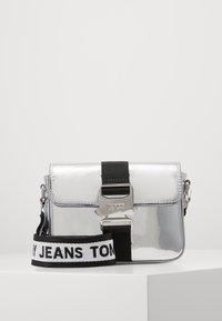 Tommy Jeans - FEMME ITEM CROSSOVER - Taška spříčným popruhem - silver-coloured - 0