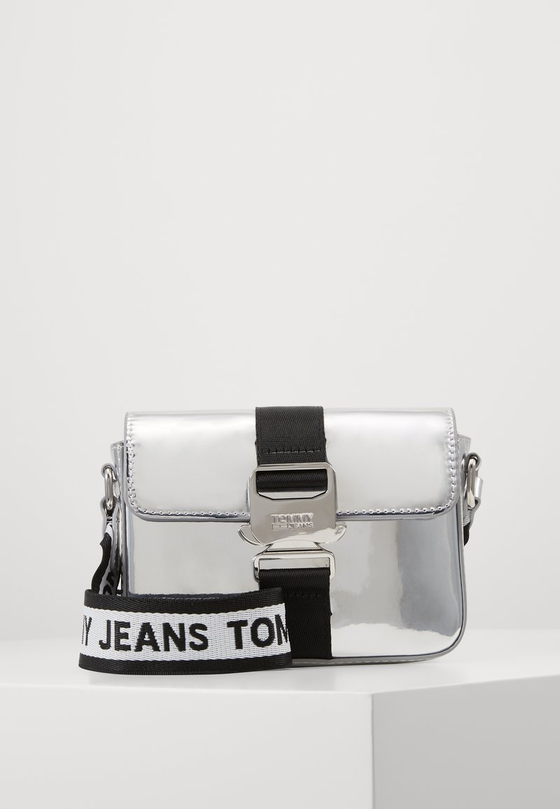Tommy Jeans - FEMME ITEM CROSSOVER - Taška spříčným popruhem - silver-coloured