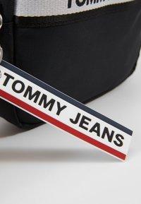 Tommy Jeans - LOGO TAPE CROSSOVER - Umhängetasche - black - 5