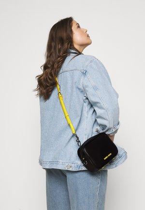 NEW CROSSOVER - Across body bag - black