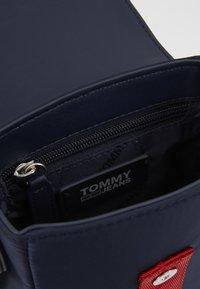 Tommy Jeans - MODERN TWIST CROSSOVER - Taška spříčným popruhem - blue - 2