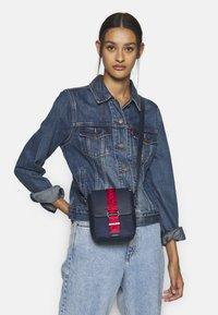 Tommy Jeans - MODERN TWIST CROSSOVER - Taška spříčným popruhem - blue - 1