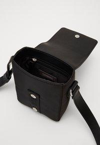 Tommy Jeans - MODERN TWIST CROSSOVER - Across body bag - black - 4