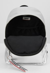 Tommy Jeans - LOGO TAPE BACKPACK - Mochila - silver - 4
