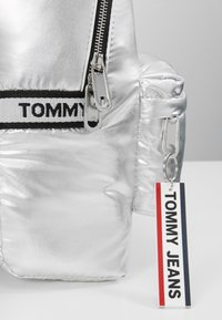 Tommy Jeans - LOGO TAPE BACKPACK - Mochila - silver - 6