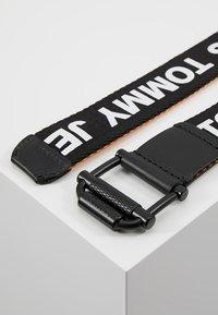 Tommy Jeans - ROLLER WEBBING BELT  - Pásek - black/orange - 2