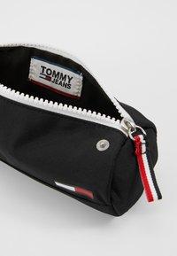 Tommy Jeans - COOL CITY PENCILCASE - Jiné - black - 5