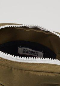 Tommy Jeans - COOL CITY MINI REPORTER - Olkalaukku - green - 4