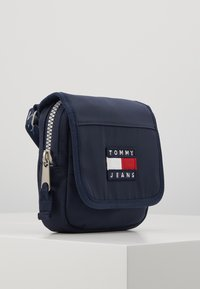Tommy Jeans - HERITAGE FLAP CROSSOVER - Sac bandoulière - blue - 4