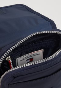 Tommy Jeans - HERITAGE FLAP CROSSOVER - Sac bandoulière - blue - 5