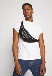 Tommy Jeans - TJM HERITAGE BUMBAG - Bum bag - black - 1
