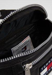 Tommy Jeans - TJM HERITAGE BUMBAG - Bum bag - black - 4