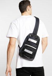 Tommy Jeans - URBAN SLING BAG - Skulderveske - black - 1