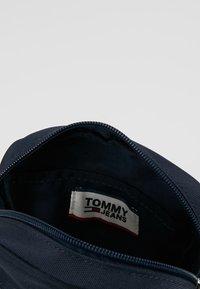 Tommy Jeans - COOL CITY MINI REPORTER - Torba na ramię - blue - 4