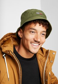 Tommy Jeans - FLAG BUCKET HAT - Hut - green - 1