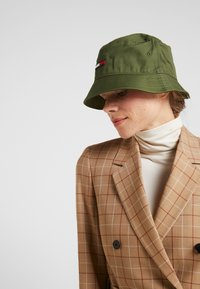 Tommy Jeans - FLAG BUCKET HAT - Hut - green - 4