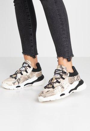 Sneakers - capra/scarlet/iron/roccia