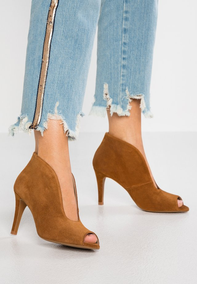 High heeled ankle boots - basket cognac