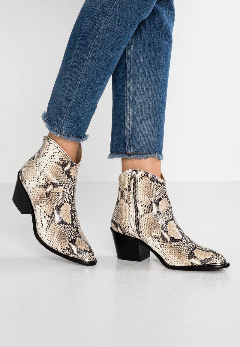 Toral - Cowboy/biker ankle boot - white