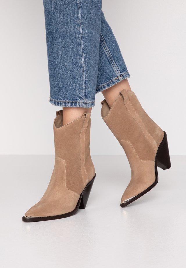 Kotníková obuv na vysokém podpatku - basket camel