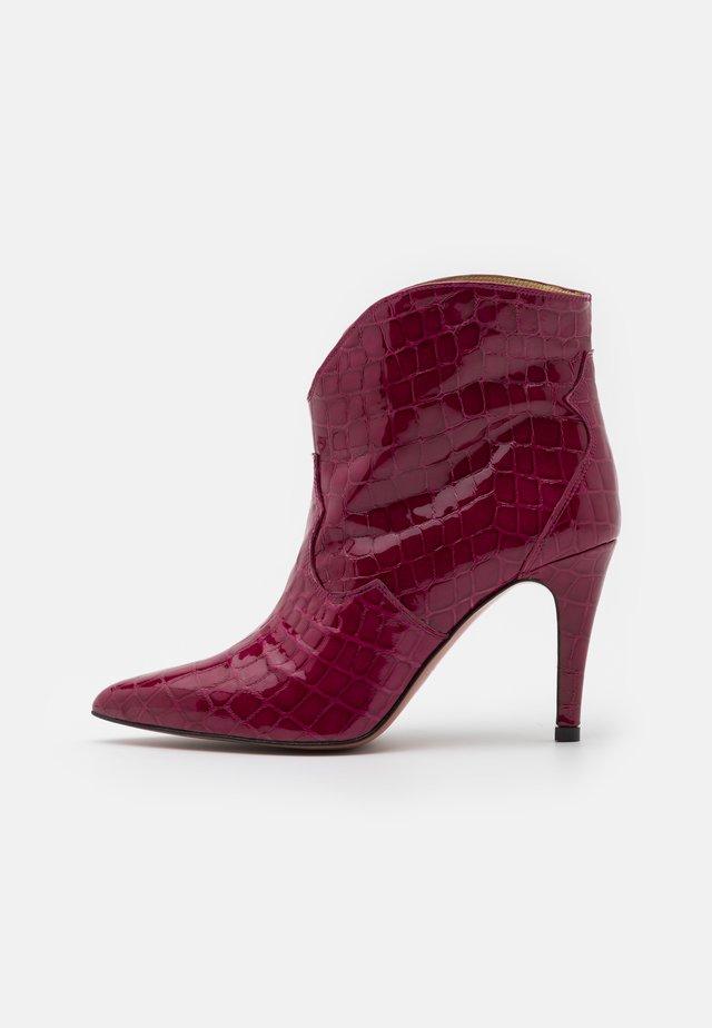 High heeled ankle boots - algarve frambuesa