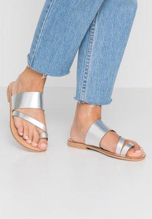 WIDE FIT HOPE  - Sandály s odděleným palcem - silver