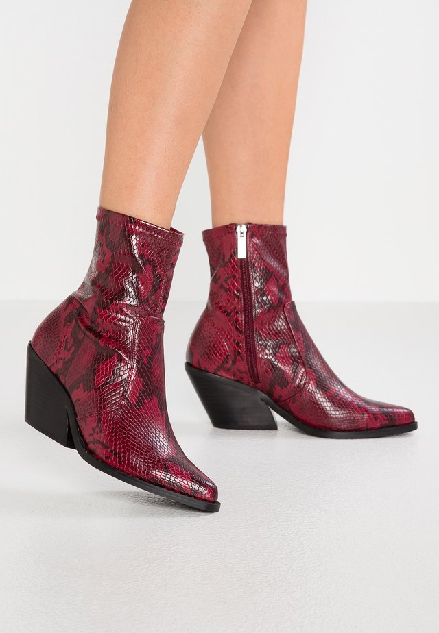 WIDE FIT MISSION WESTERN SOCK BOOT - Cowboy/biker ankle boot - red