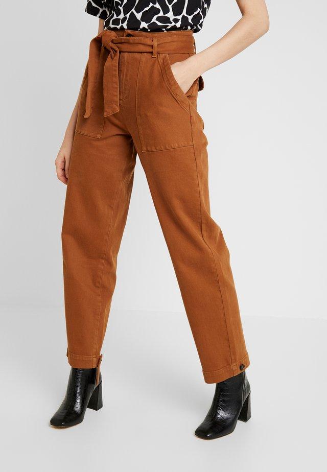JACKSON PANT - Kangashousut - brown