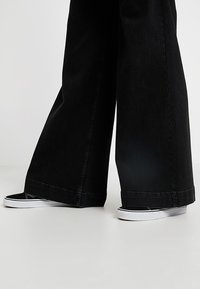 Tomorrow - KERSEE  - Flared Jeans - black - 3