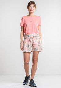 Torstai - TIBET - Sports shorts - peach - 1