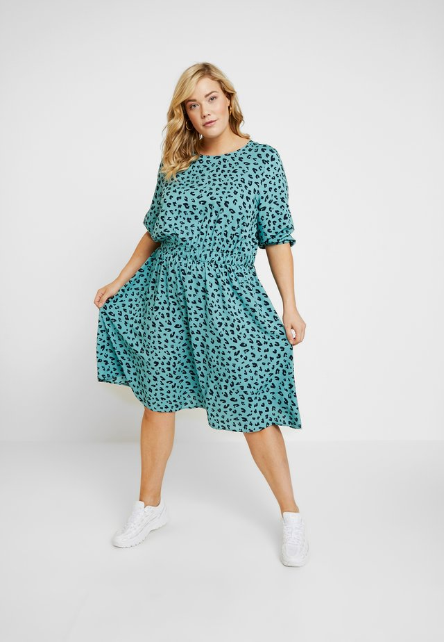 FLUENT WAIST DRESS - Hverdagskjoler - mint/navy/green