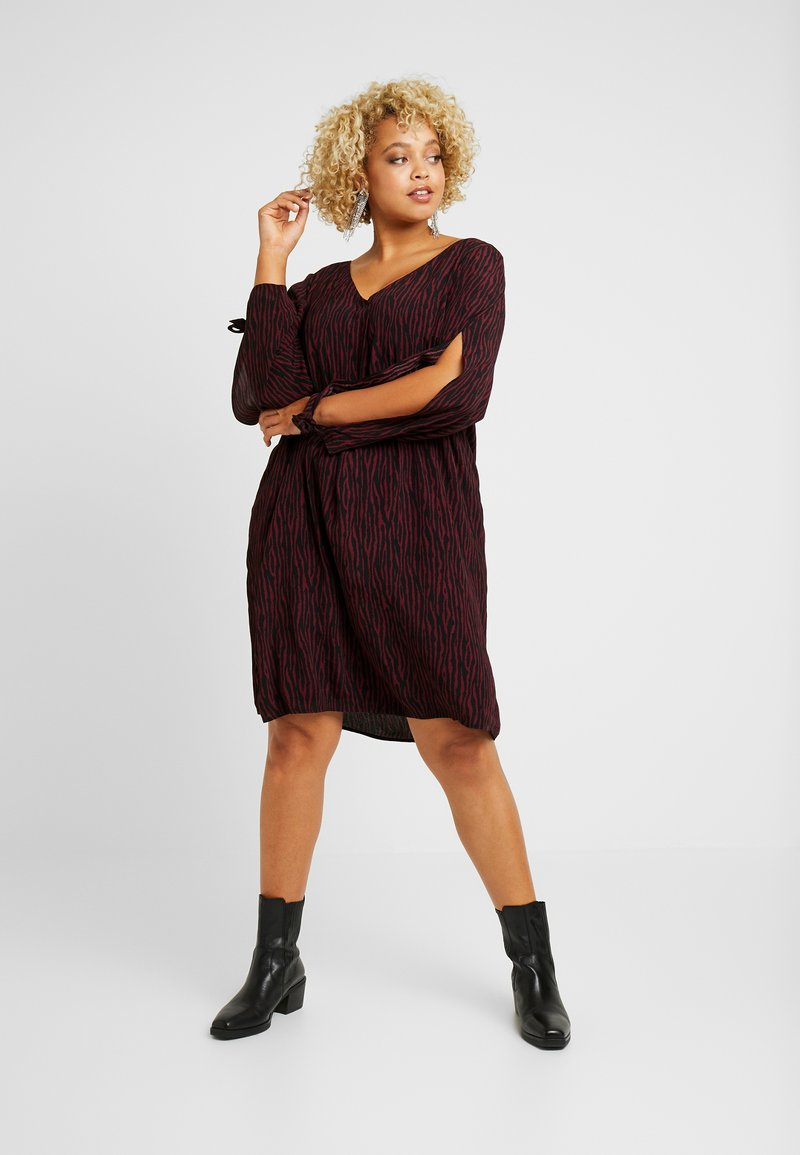 MY TRUE ME TOM TAILOR - SLEEVE SLIT DRESS - Sukienka letnia - burgundy/black