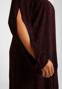 MY TRUE ME TOM TAILOR - SLEEVE SLIT DRESS - Kjole - burgundy/black - 6