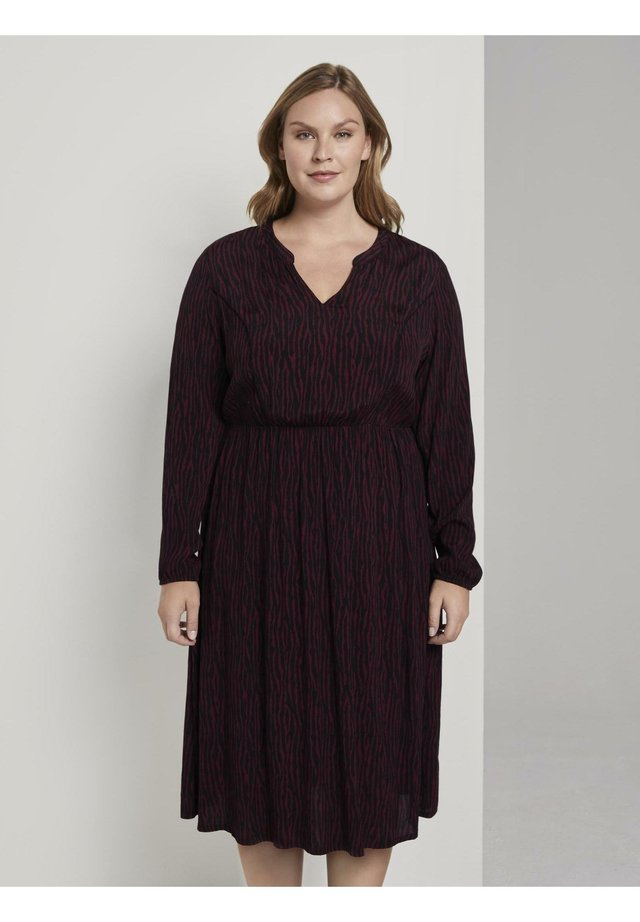 KLEIDER & JUMPSUITS BOHO MIDI-KLEID MIT MUSTER - Day dress - burgundy black zebra print