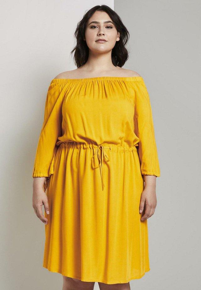 KLEIDER & JUMPSUITS SCHULTERFREIES CARMEN- - Korte jurk - deep golden yellow
